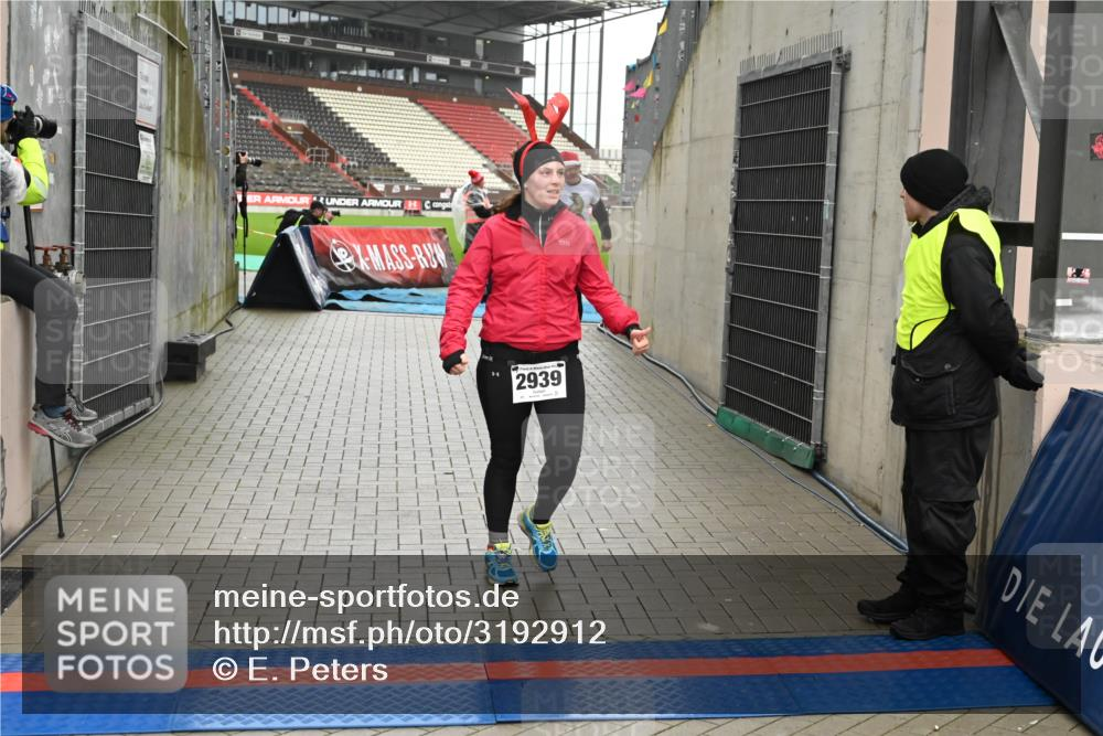 08.12.2019 - St. Pauli X-Mass-Run No. 9 E. Peters http://msf.ph/oto/3192912 08.12.2019 12:05:59 Ziel 2535, 2536, 2652, 2802, 2939, 3026, 3128, 3340, 3438, 3459, 3460, 3492 meine-sportfotos.de